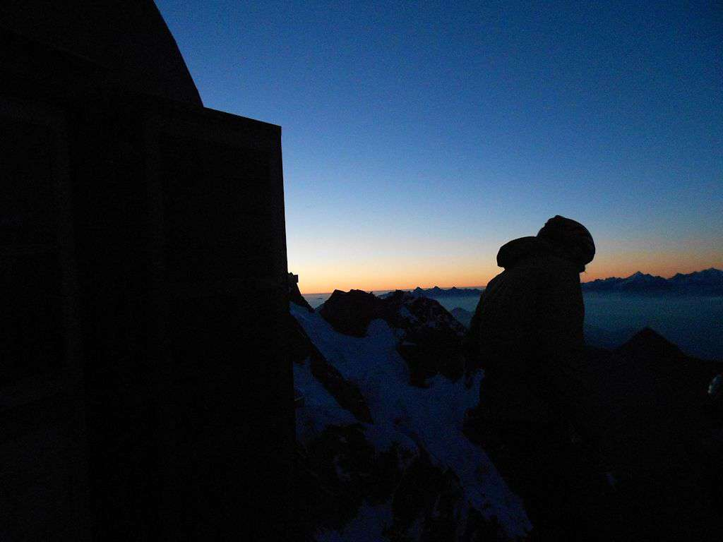 Alba all'orizzonte del colle delle Grandes Jorasses.
