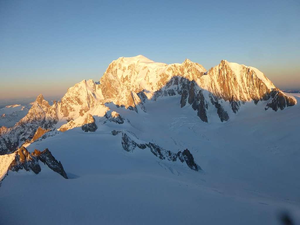 Prime luci del mattino sul versante Brenva del Monte Bianco.