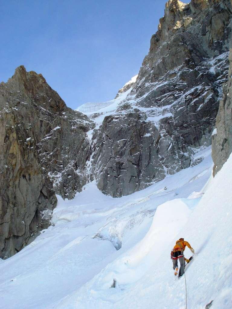 Il primo giorno batrtiamo traccia fino alla base per reperire il percorpo sul ghiacciaio