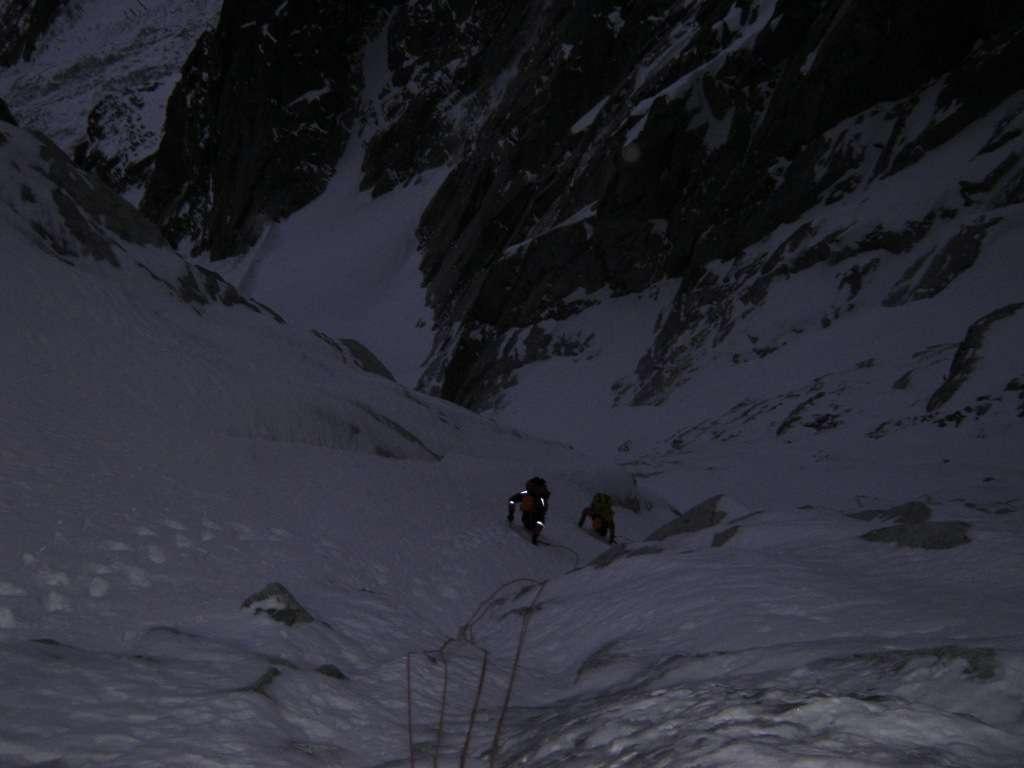 Ci scaldiamo i muscoli sul primo canale di neve...le condizioni sembrano buone