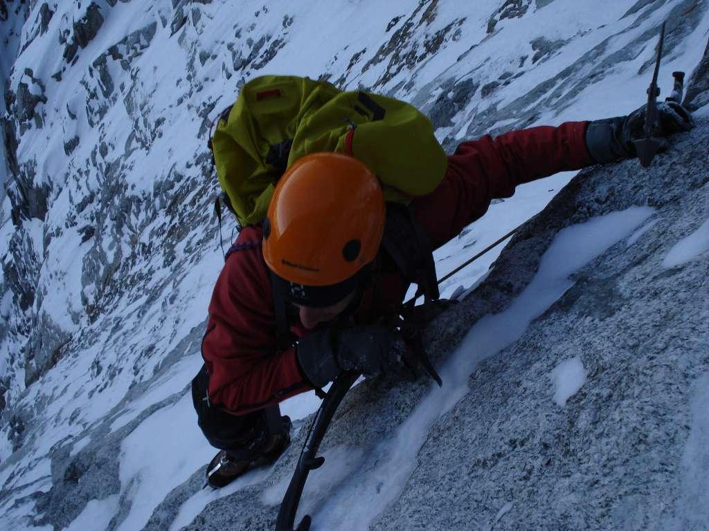 Nic in azione su passi di misto delicati...poche protezioni sui tiri e roccia a volte friabile richiedono nervi saldi
