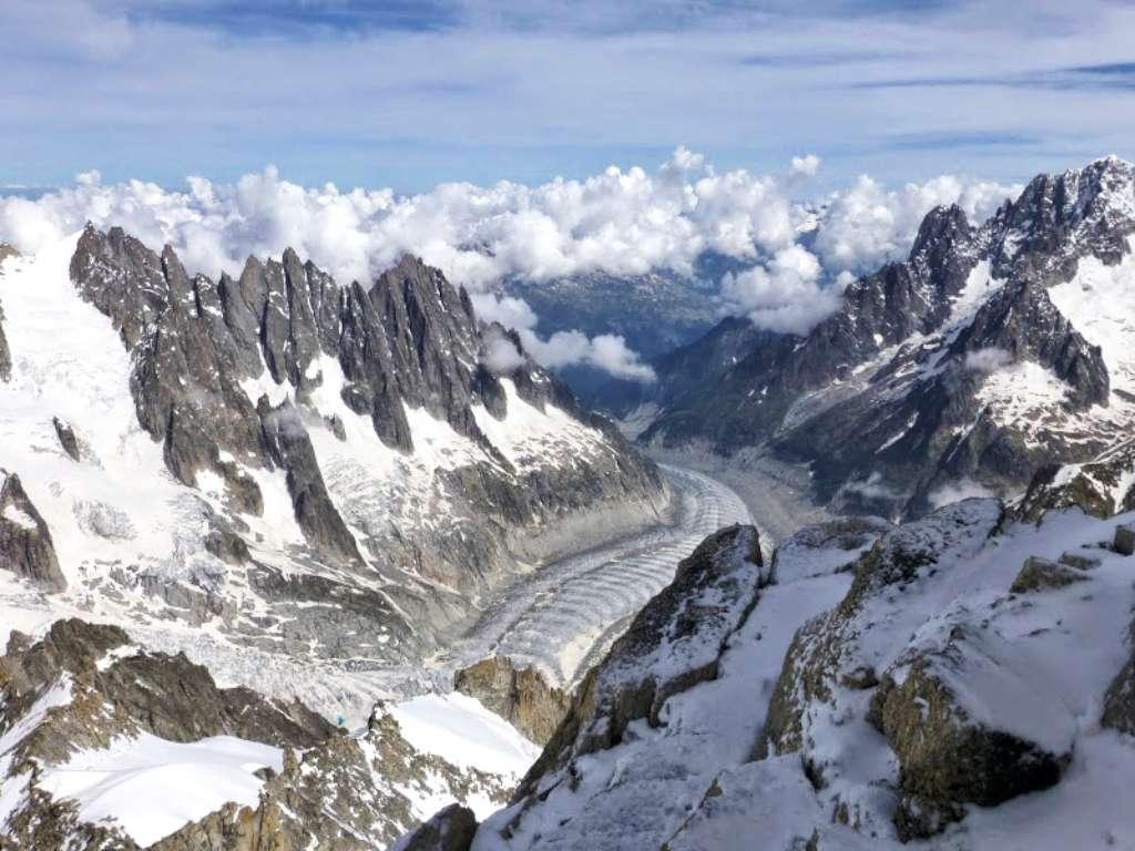 Panorama verso nord, con le Aiguilles di Chamonix