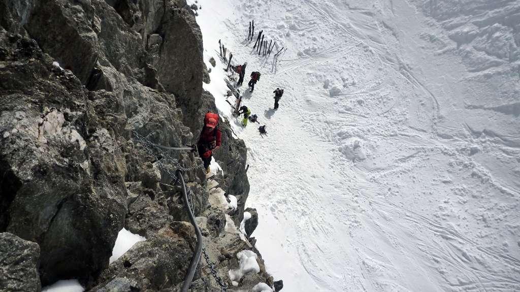 Una breve ferrata conduce in cima all'isolotto roccioso che ospita il rifugio.