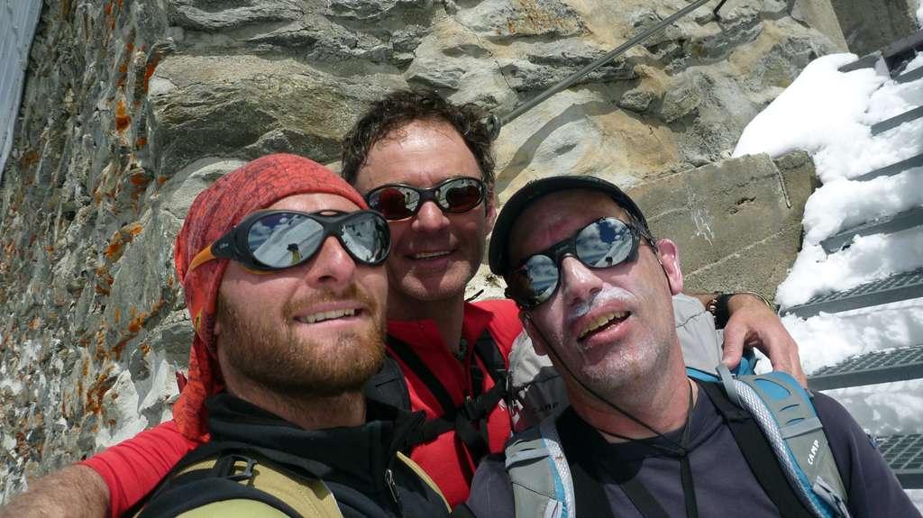 Il trio finalmente al rifugio. Da sinistra: Enrico, Paul André e Vincent.