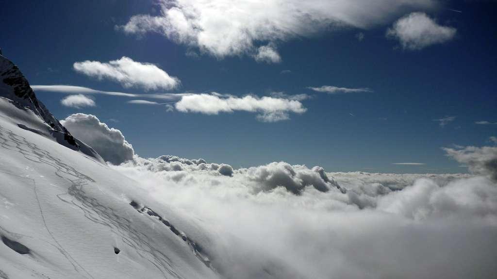 Tracce di sci tra nuvole e luce!