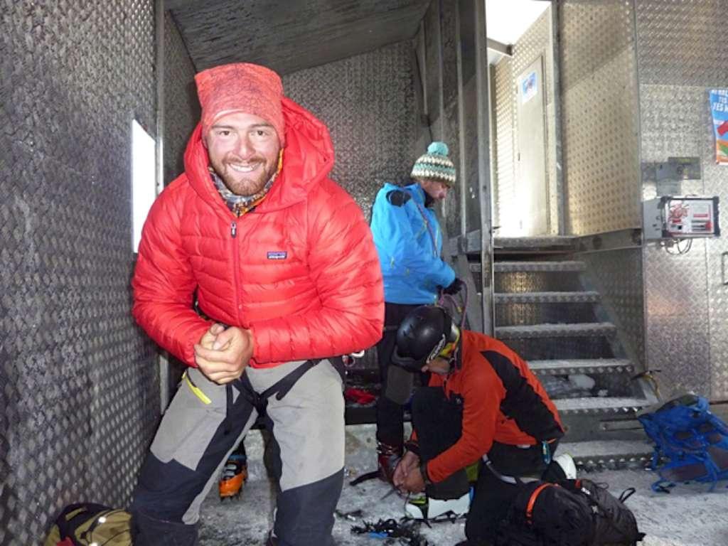 Ci riscaldiamo qualche minuto all'interno della capanna, beviamo un po di the caldo e ci vestiamo per l'ultimo sforzo