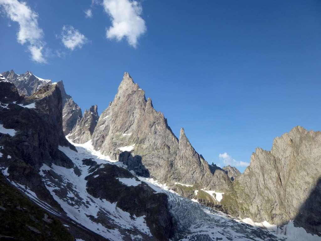 L'Aiguille NOire vista dal rifugio Monzino.