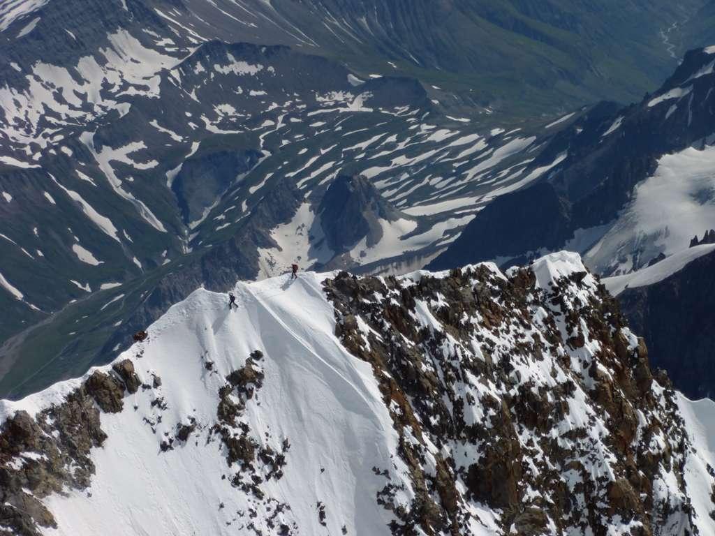 La cresta del Brouillard con una cordata che esce dall'Innominata.