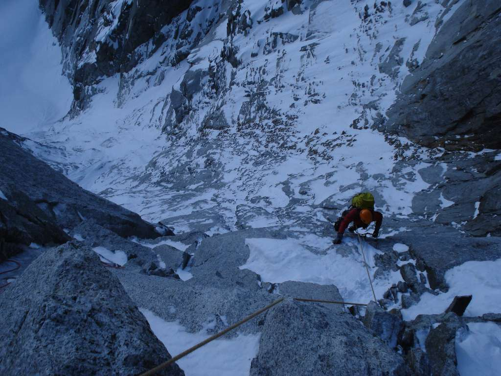 Passi di misto appena fuori dalla fessura Nominé...non sappiamo se togliere i ramponi o tenerli...è un continuo susseguirsi di ghiaccio e roccia