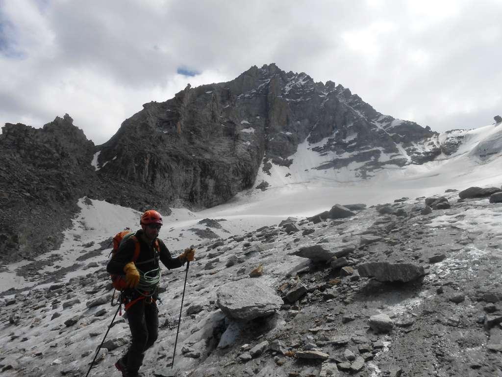 Retour sur le glacier du Gran Neyron avec une belle vue sur le sommet