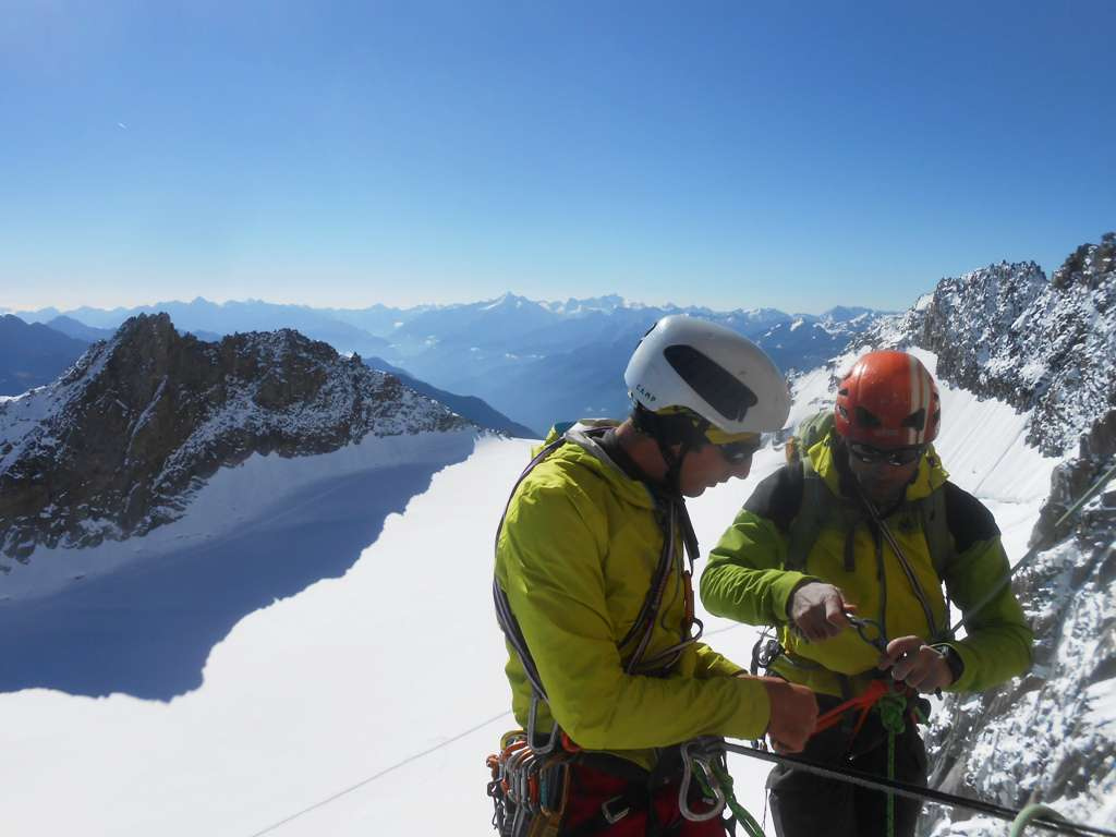 Derrière les grimpeurs, l'arête SE (ou arête Freschfield) empruntée à la descente; à gauche l'aiguille d'Entrèves
