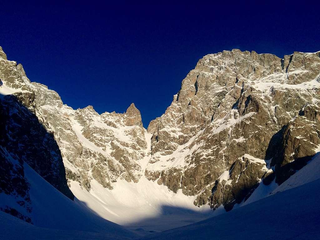 Prime luci sulla Ber des Ecrins e il couloir des avalanches.