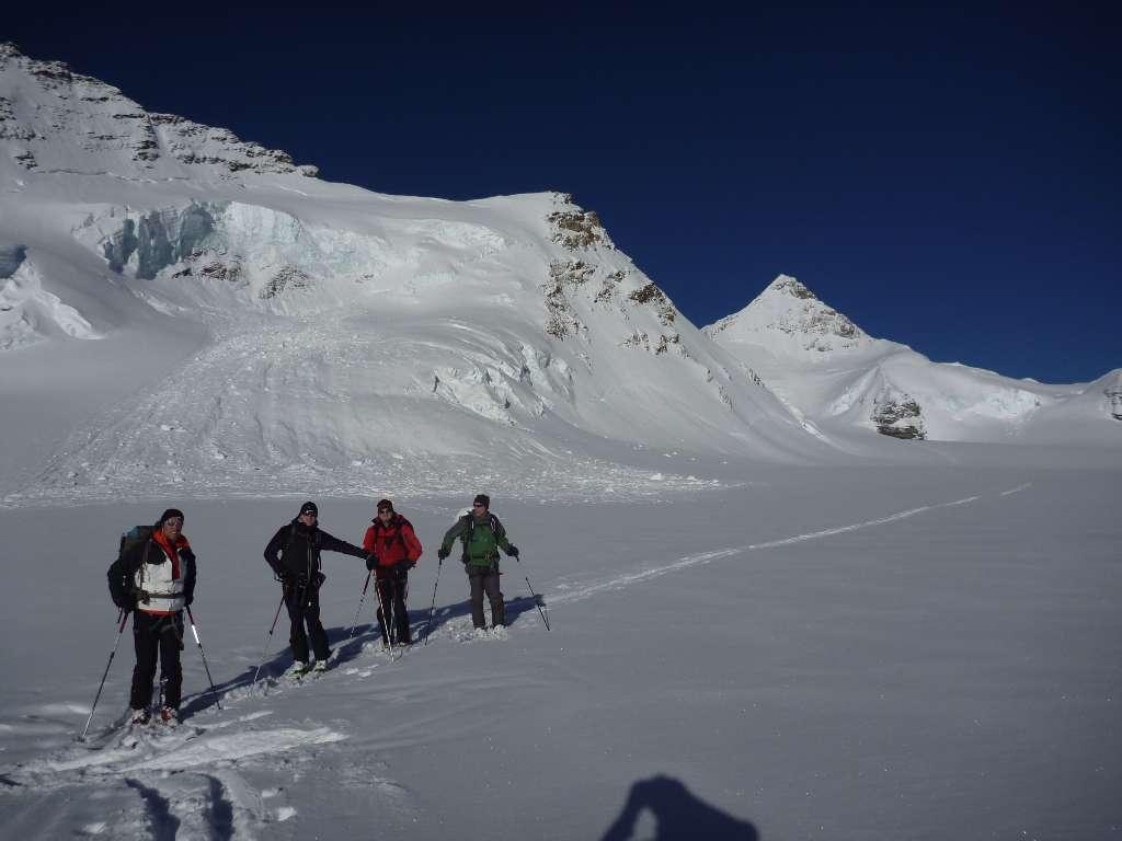 La fatica dello spingere sul piano con 30 cm di neve fresca, è ampiamente compensata dal panorama che ci circonda