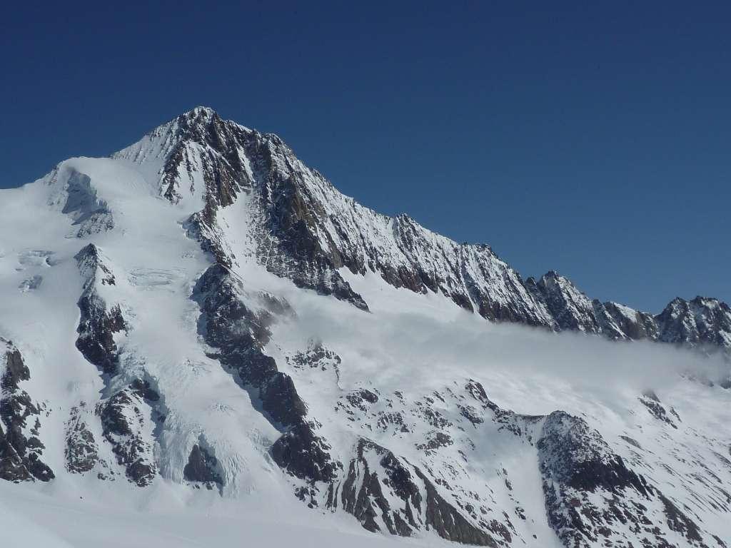 Ecco il Finsteraarhorn, domani dovremmo dirigerci verso la spalla, poco a sinistra della cima