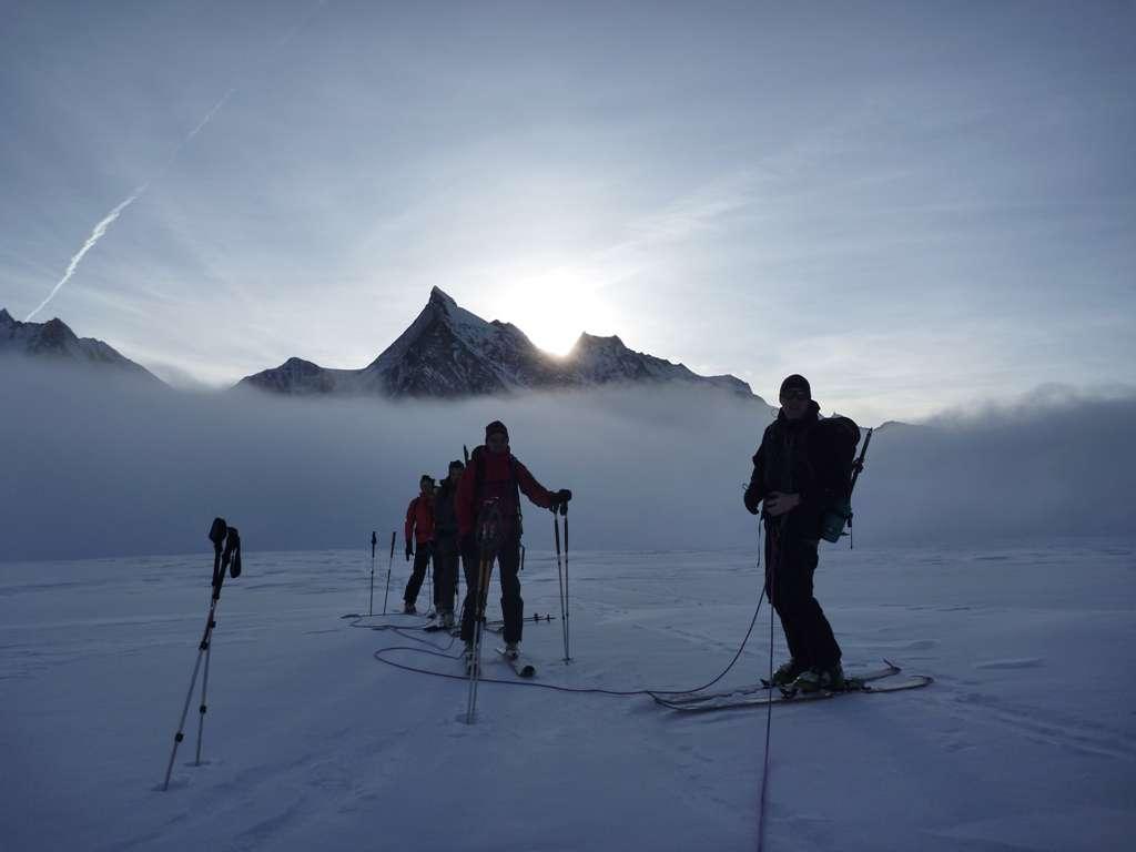 Il girono sucessivo, percorriamo per qualche ora l'Aletchgletscher nella nebbia più totale...ma a metà mattina ancora una volta lo spettacolo di colori è unico