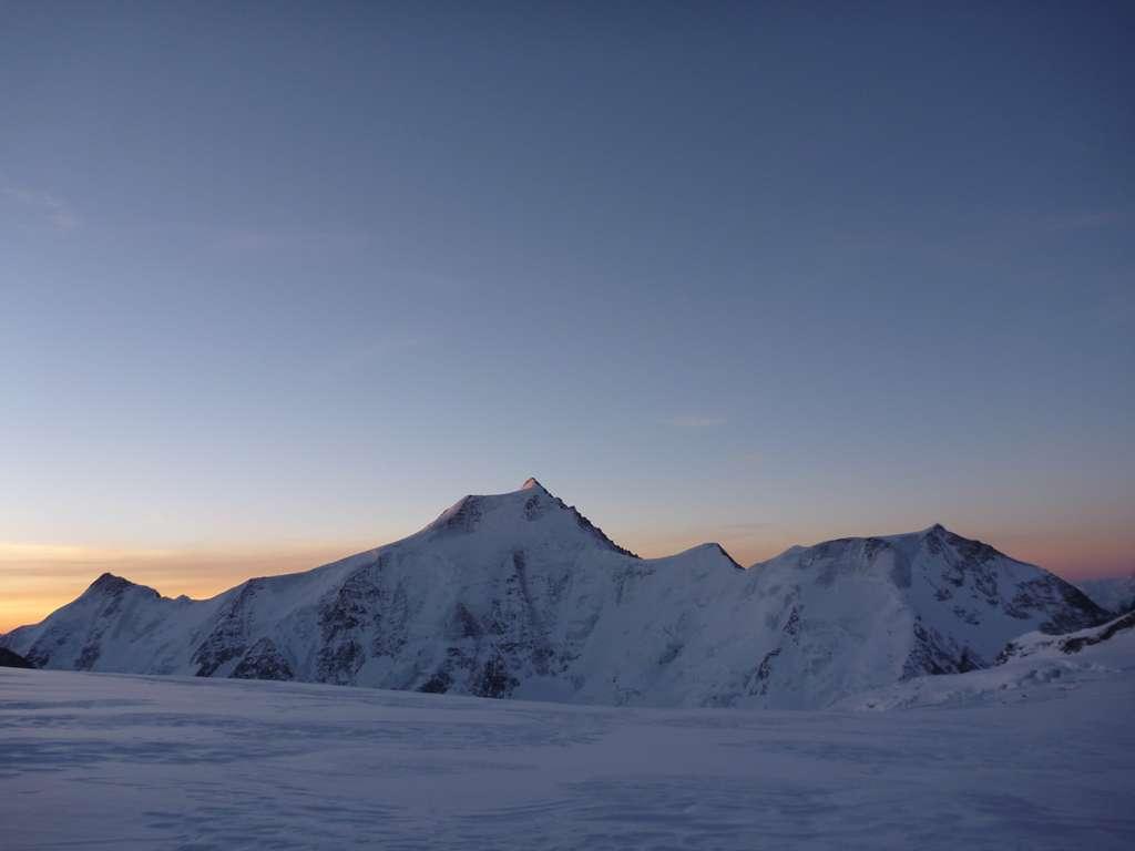 Lo spettaclo, salendo all?Ebeni, è grandioso e l'alba sul versante N dell'Aletschorn ci gratifica di tutta la fatica