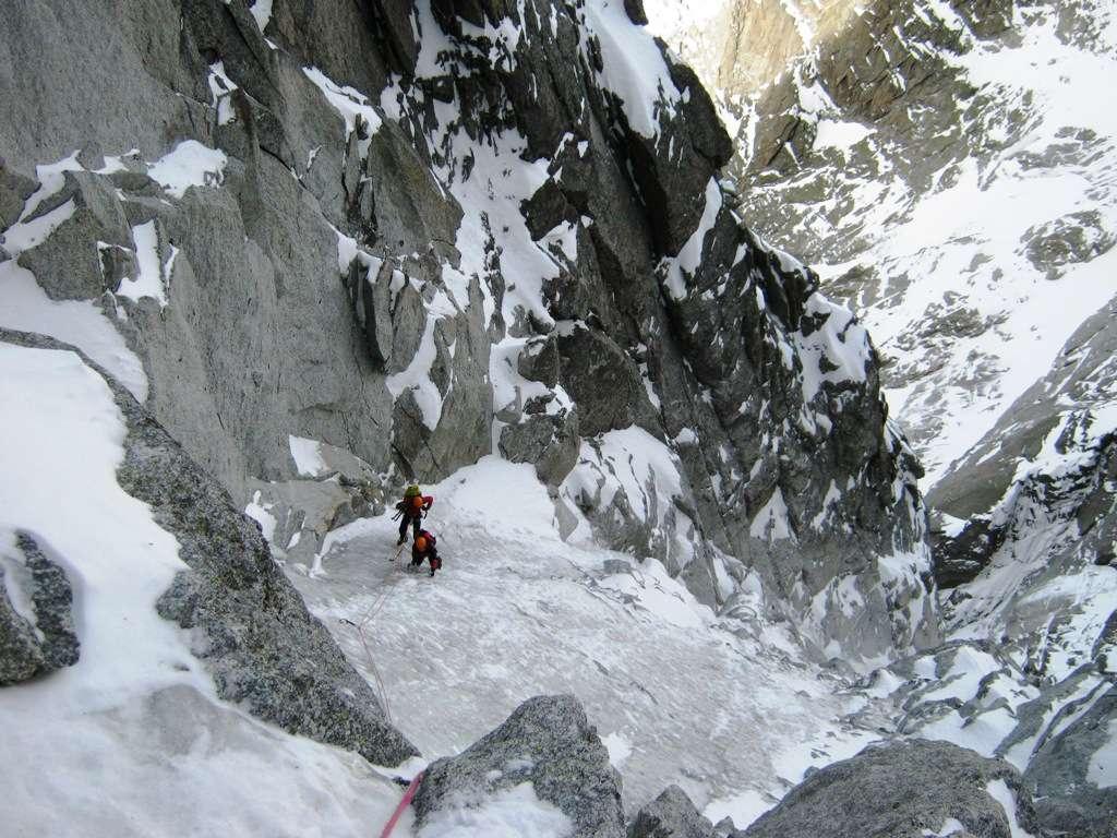 Un corto muro di roccia e ghiaccio oppone le ultime difficoltà
