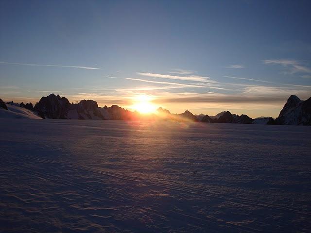 Il Sole sorge e arrossa il ghiacciaio verso l'Aiguile du Midi