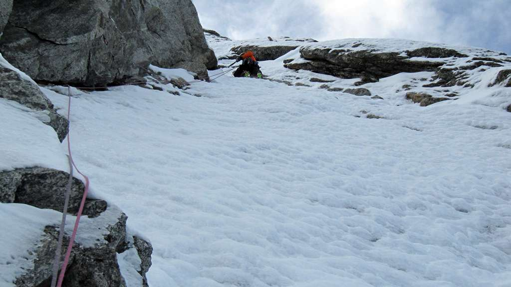 Ultimo diedro impestato...una bella challange tra neve inconsistente e roccia rotta...