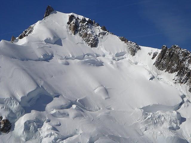 Dalla cima si vede bene il pendio che sale alla spalla del Mont Maudit...la crepaccia è enorme e non lascia ben sperare per l'estate