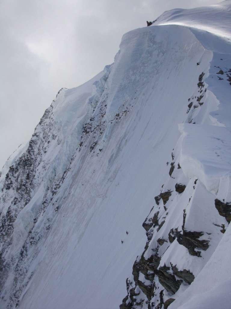 ripida e impressionante...si vedono tre alpinisti che salgono la parete N. E' l'itinerario sceso da Mauro & C.