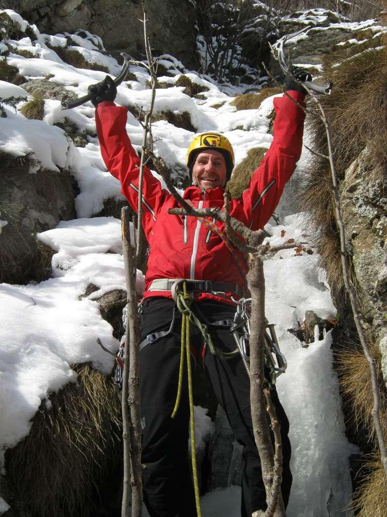Giancarlo in cima alla cascata esulta dalla gioia...