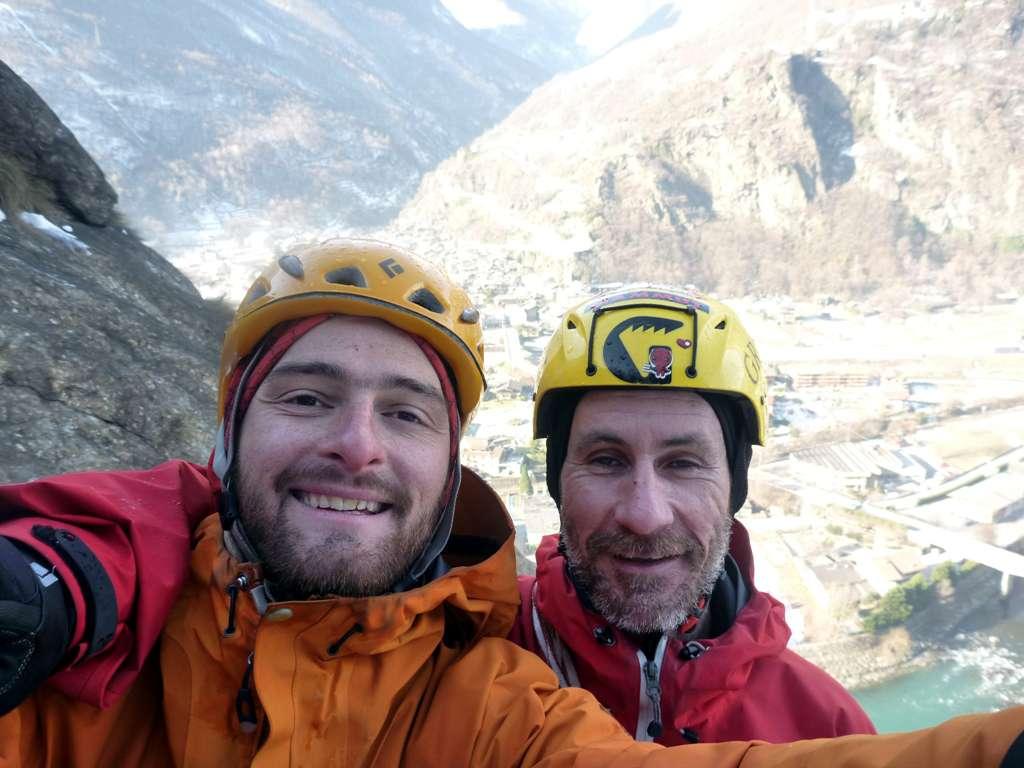 i due storditi in cima alla rarissima cascata di Bard