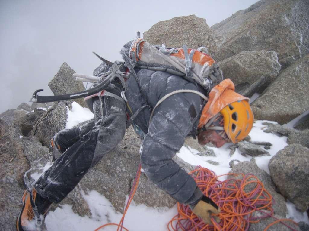 il vento è diventato patagonico...scendiamo a pochi metri dalla cima della punta Ovest, fuori dalle difficoltà.