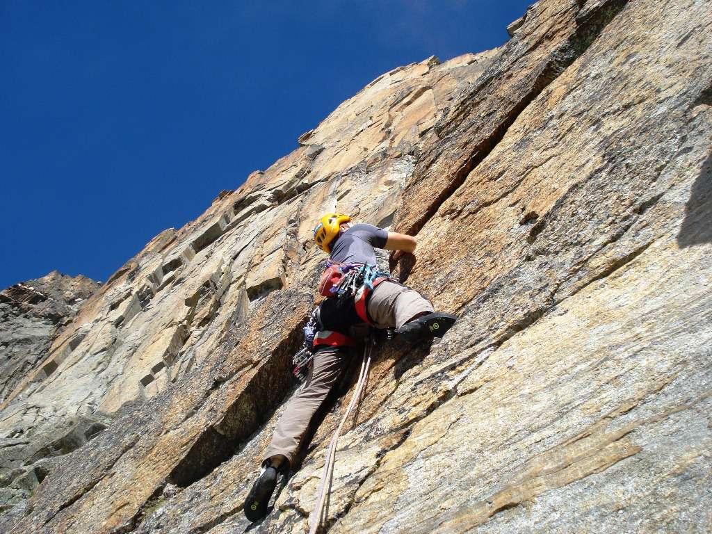 Enrico sul primo tiro...roccia spettacolare fin dall'inizio.