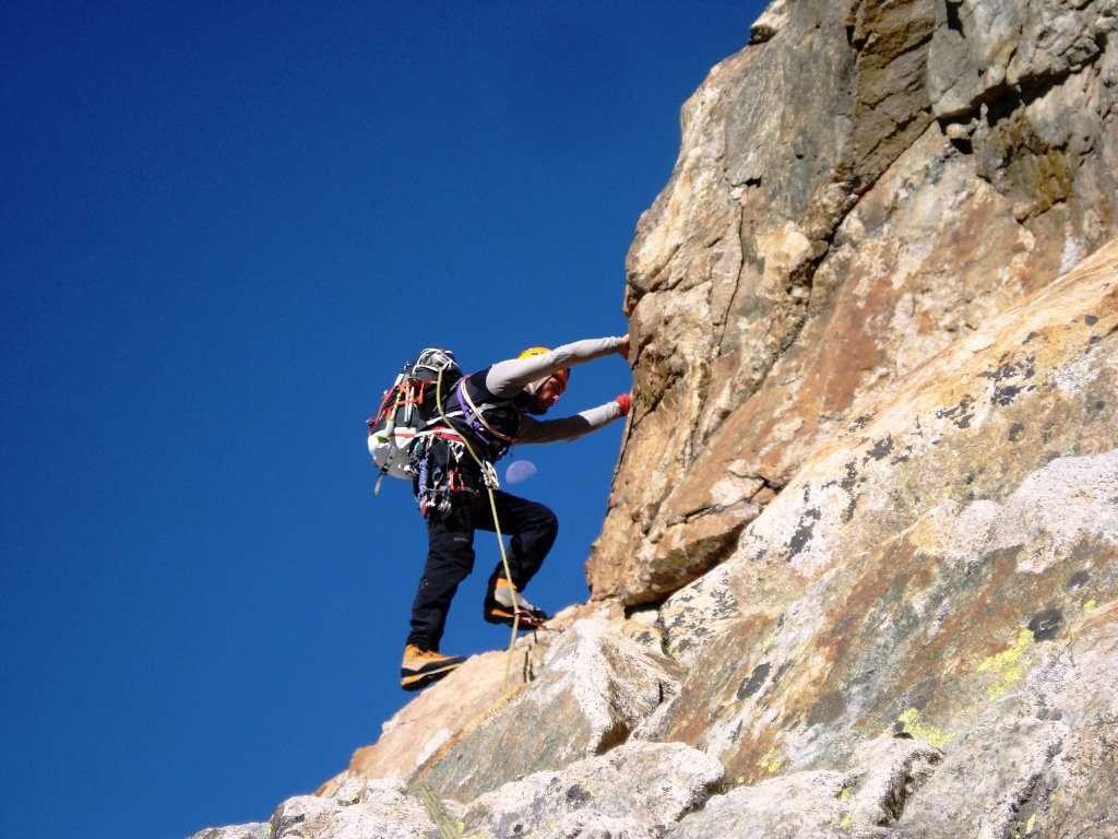 Enrico sul filo di cresta...passaggi aerei su una roccia da urli!