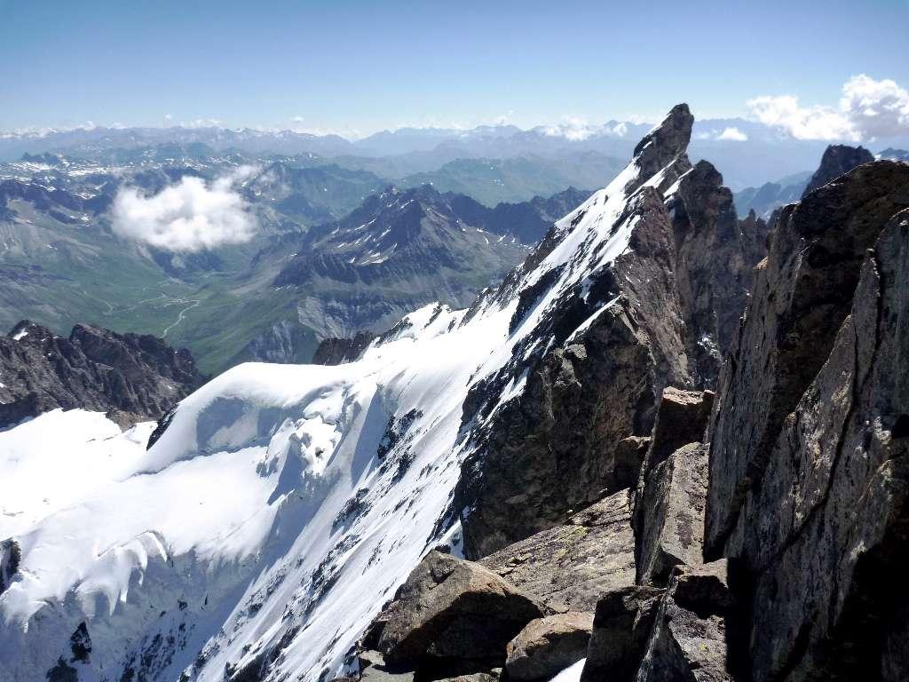 La cresta affilata che prosegue verso E fino al Doit de Dieu.