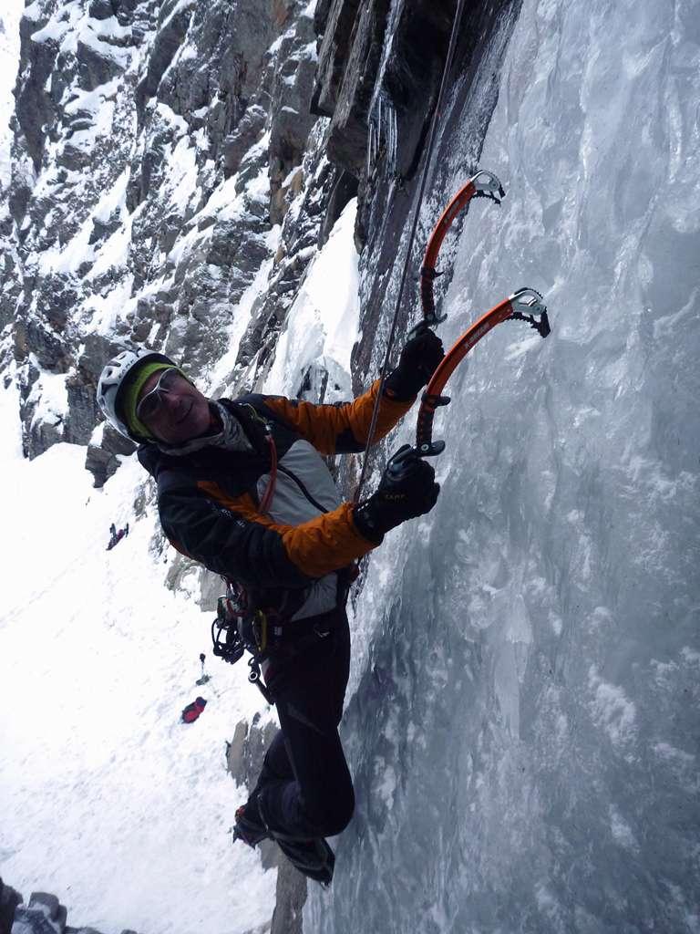 Elio Bonfanti sul muro di ghiaccio del primo tiro
