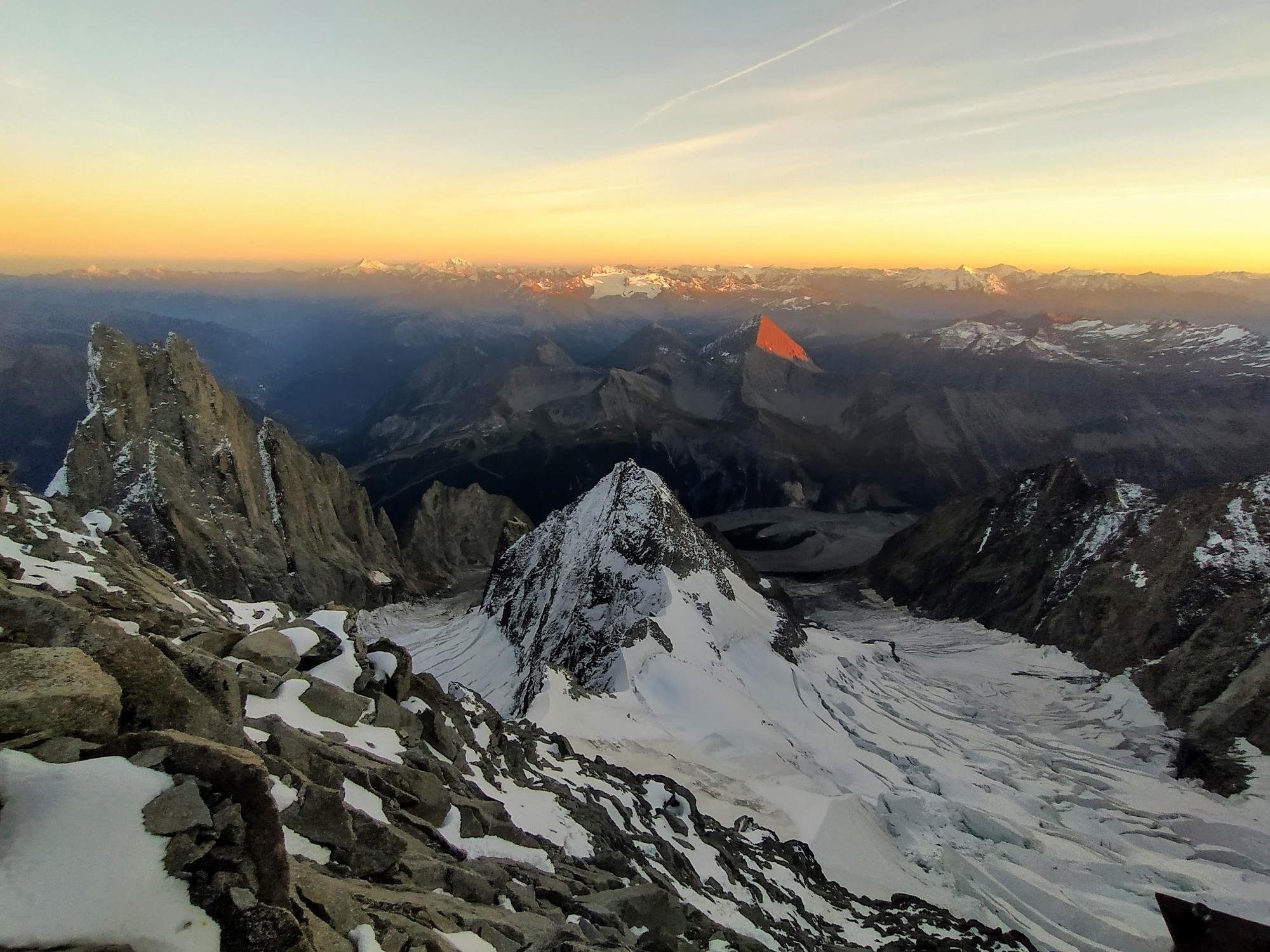 Uno sguardo verso valle: i colori magici della sera